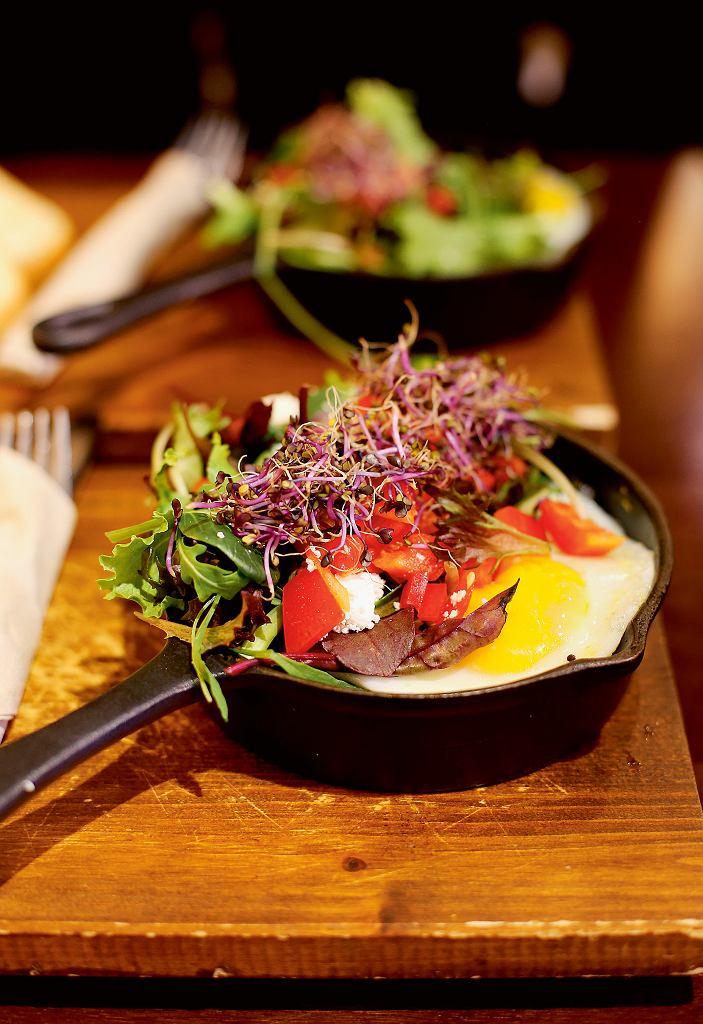 La Fabrica, jajka sadzone na grillowanych warzywach z kiełkami i sałatką