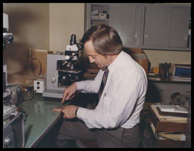 Richard A. Grzybowski podczas pracy w laboratorium