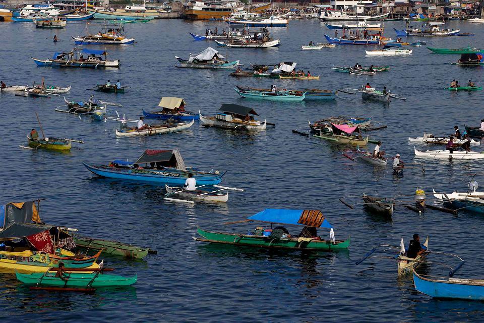 Od 11 dni na południu Filipin trwają walki między muzułmańskimi rebeliantami i siłami rządowymi. Już 100 tys. osób musiało uciekać z domów. Na zdjęciu: uciekinierzy wypływają z portu w Zamboanga na południu kraju.