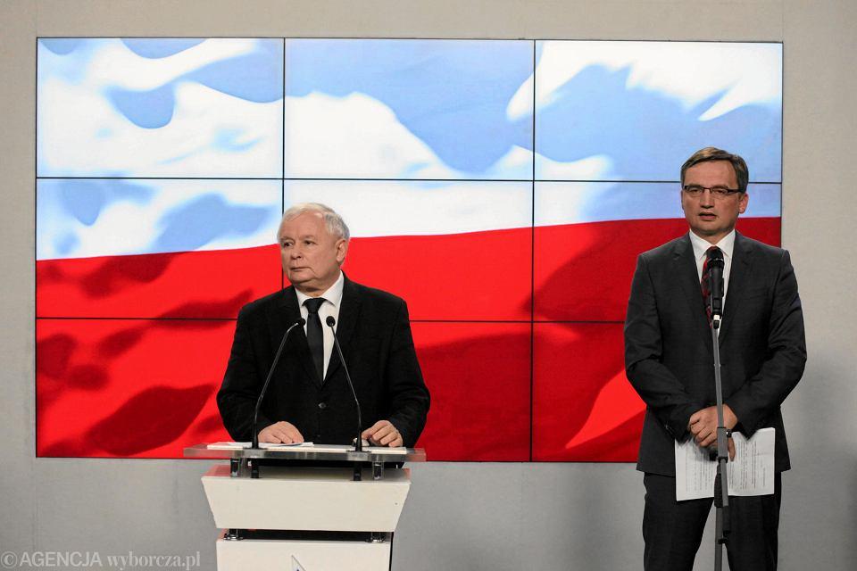Prezes Jarosław Kaczyński i minister sprawiedliwości, prokurator generalny w rządzie PiS Zbigniew Ziobro podczas wspólnej konferencji prasowej w kwaterze głównej partii. Warszawa, ul. Nowogrodzka 18 października 2016