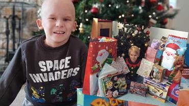Chłopiec zbiera pieniądze prezenty dla dzieci