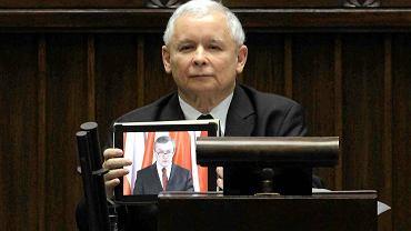 Kaczyński zaskoczył salę, puszczając z tabletu wystąpienie prof. Glińskiego. Ale potem już zaczął mówić własnym głosem - przez dwie godziny
