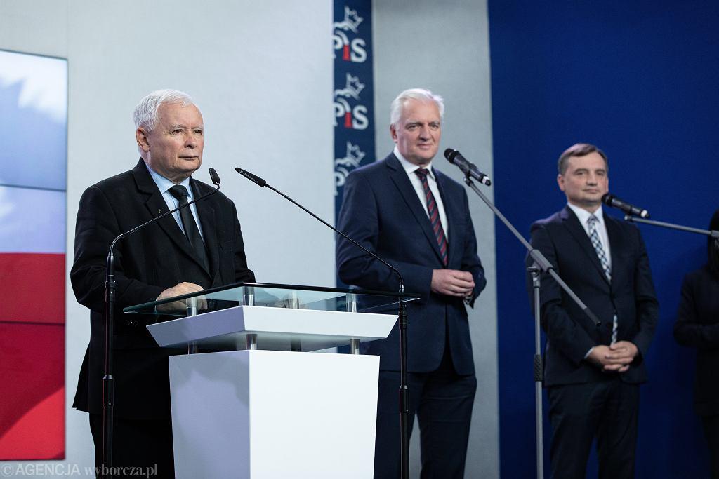 Prezes Prawa i Sprawiedliwości Jarosław Kaczyński , prezes Porozumienia Jarosław Gowin i prezes Solidarnej Polski Zbigniew Ziobro