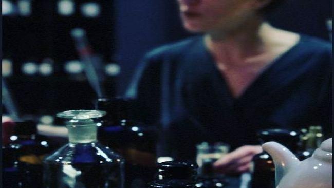 Jej atelier wygląda jak szalone laboratorium wiedźmy, a praca przypomina robotę detektywa. Tworzy perfumy