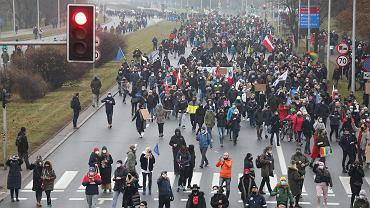 Marsz Strajku Kobiet na Wisłostradzie, w drodze na Żoliborz pod dom Jarosława Kaczyńskiego, 13 grudnia 2020 r.