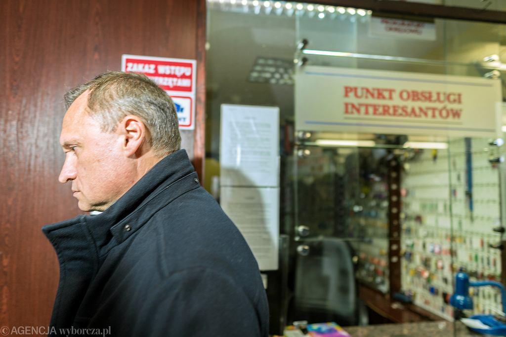 Biznesmen Leszek Czarnecki przed prokuraturą, w drodze na przesłuchanie ws. KNF. Katowice, 19 listopada 2018