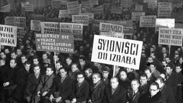 Jeden z wieców organizowanych w zakładach pracy w czasie antysemickiej nagonki