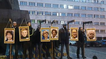 Listopad 2017 r. Narodowcy powiesili na symbolicznych szubienicach zdjęcia europosłów PO. Jakub Kalus pierwszy z prawej