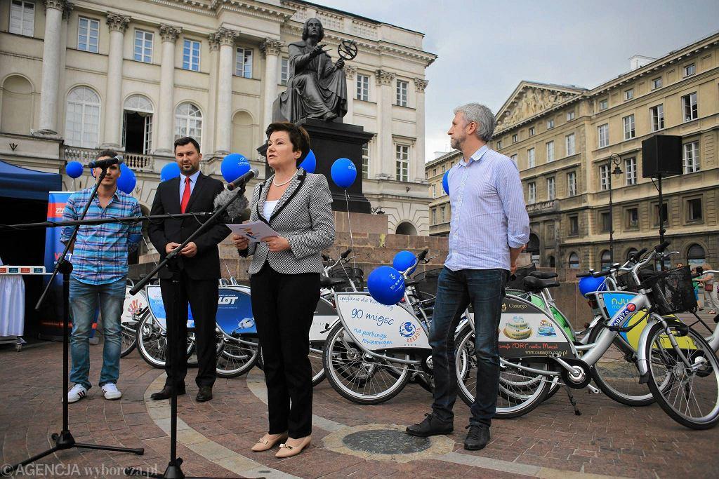 Hanna Gronkiewicz-Waltz pod pomnikiem Kopernika podsumowała rok działalności systemu miejskich wypożyczalni rowerowych Veturilo