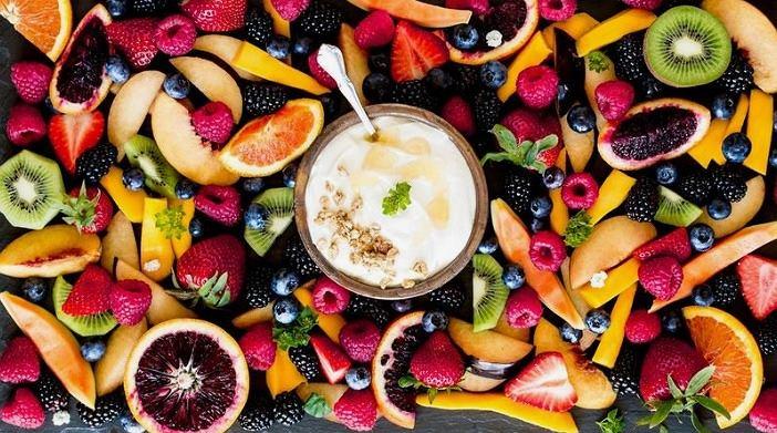 Śniadania składające się z owoców i nabiału są bardzo zdrowe i sycące