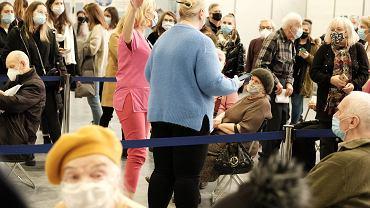 Pandemia koronawirusa. Pierwszy dzień szczepień seniorów przeciw COVID-19. Poznań, tymczasowy szpital covidowy na terenie MTP, 25 stycznia 2021