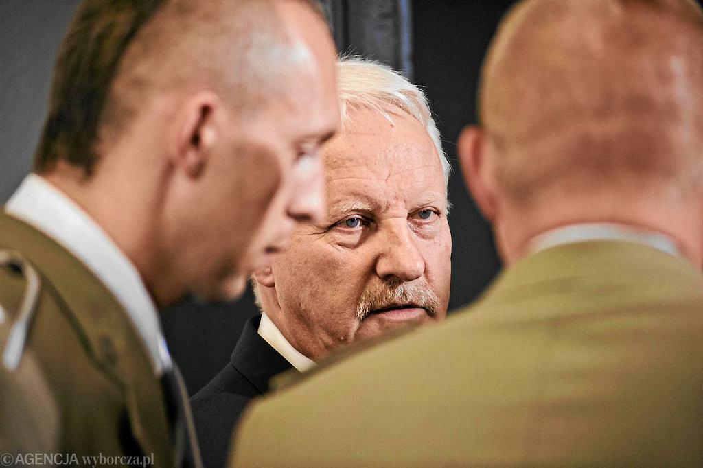 Generał Sławomir Petelicki z żołnierzami z bielskiego batalionu
