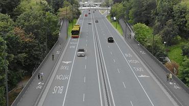 Trasa Łazienkowska na wysokości parków Agrykola i Ujazdowskiego poszerzona o kładki dla pieszych i rowerzystów
