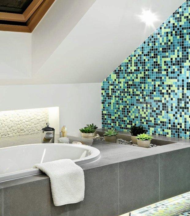 Łazienka z mozaiką na ścianie
