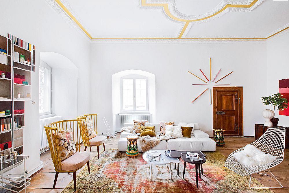 Sofa Tufty-Time zaprojektowana dla B&B Italia przez Patricię Urquiolę. Na ścianie artystyczna instalacja z neonówek stworzona przez Aylin Langreuter. Stoliki kawowe Kind of Family zaprojektował Christophe de la Fontaine dla własnej marki Dante - Goods and Bads.