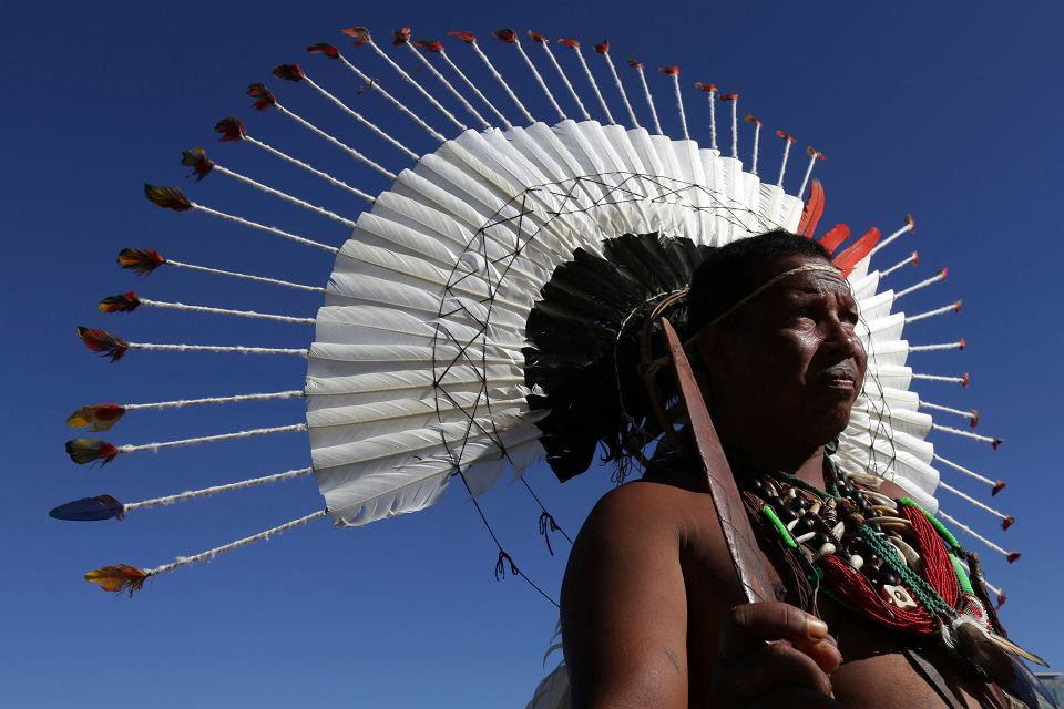 Indianin z plemienia Pankararu (zwanego też Pankaru) podczas marszu w obronie środowiska naturalnego przed zakusami polityków i przemysłowców. Brasilia, 26 kwietnia 2019 r.