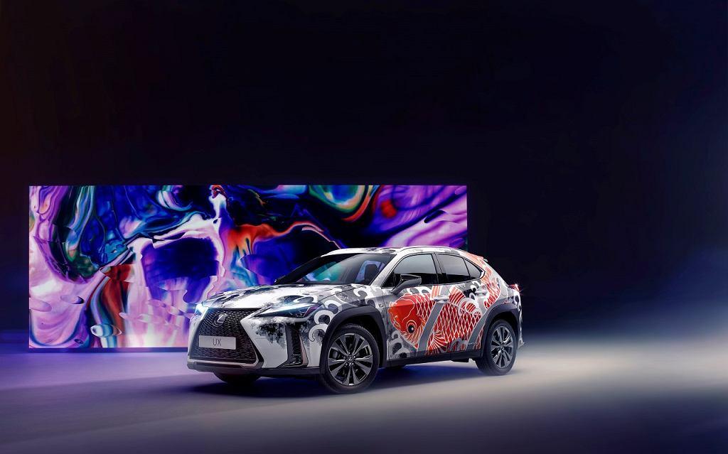 Wytatuowany Lexus UX - tatuaż na karoserii auta