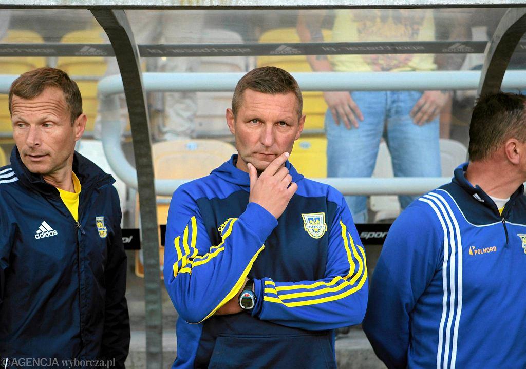 Trener Arki Gdynia Grzegorz Niciński (w środku) nie jest zadowolony ze skuteczności piłkarzy