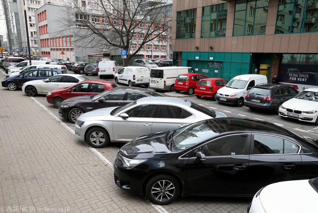 Zaparkowane samochody - zdjęcie ilustracyjne
