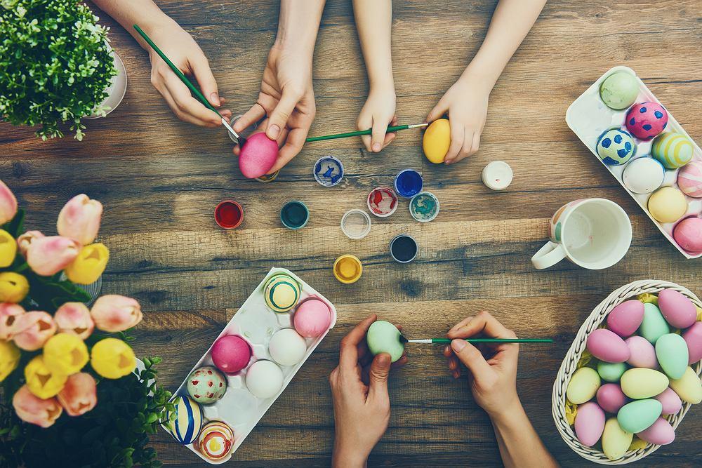 Malowanie jajek. Zdjęcie ilustracyjne