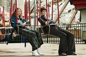 Plisowana spódnica wystająca spod płaszcza, cygaretki w połączeniu z bluzą z kapturem. 10 trendów na jesień