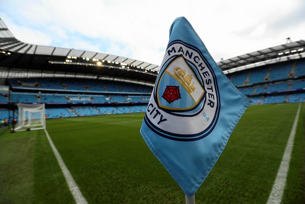 Flaga w narożniku boiska na stadionie Manchesteru City