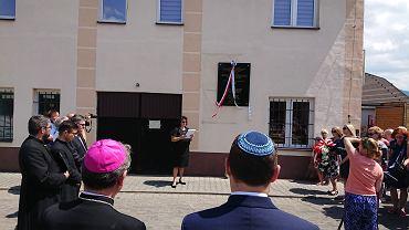 Po wielu latach starań udało się we wtorek zamontować i odsłonić tablicę upamiętniającą synagogę oraz żydowskich mieszkańców Milówki i pobliskich miejscowości. To społeczność, którą tragedia Holokaustu dotknęła szczególnie mocno, przestała istnieć. Ani jeden Żyd po wojnie nie wrócił na stałe do Milówki. </p> Tablicę odsłonili biskup Rafał Markowski, przewodniczący Rady KEP ds. Dialogu Religijnego, Komitetu ds. Dialogu z Judaizmem, rabin Stas Wojciechowicz, rabin Centrum Społeczności Postępowej i Synagogi Ec Chaim w Warszawie, wiceprzewodniczący Polskiej Rady Chrześcijan i Żydów oraz Dorota Wiewióra, przewodnicząca Gminy Wyznaniowej Żydowskiej w Bielsku-Białej, ścianę udostępniło Kółko Rolnicze Góral w Milówce. Bielska GWŻ była organizatorem uroczystości, natomiast tablicę ufundowała Fundacja Pamięci Ofiar Auschwitz-Birkenau. W uroczystości wzięli udział m.in. duchowni z diecezji bielsko-żywieckiej. </p> - Przed drugą wojną światową co dziesiąty mieszkaniec Milówki był Żydem. Niewielka społeczność prowadziła bogate życie społeczne i kulturalne. Okrucieństwo niemieckiej okupacji i tragedia Holokaustu dotknęła ją szczególnie mocno - po 1945 roku żydowska społeczność całkowicie przestała istnieć - napisała w liście otwartym Ambasador Izraela w Polsce Anna Azari.