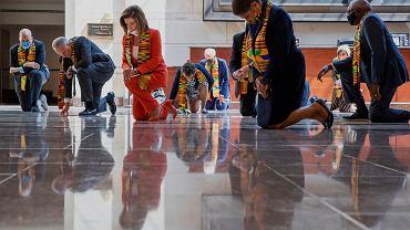 Spikerka Izby Reprezentantów Nancy Pelosi i inni politycy Partii Demokratycznej uklęknęli, by upamiętnić  George'a Floyda