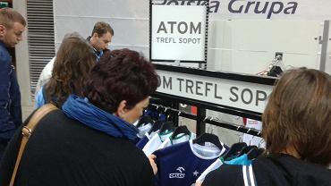 W hali głównej znajdował się mini sklepik kibica, gdzie zakupić można replikę koszulki meczowej w cenie 70 zł bez nazwiska, z - 100 zł.
