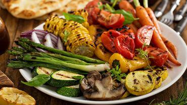 Warzywa na grillu można grillować bezpośrednio na ruszcie, na aluminiowej tacce lub poprzez robienie z nich pakiecików z folii aluminiowej.