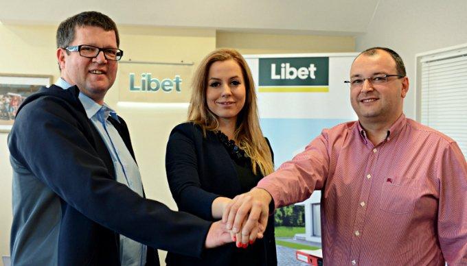 Od lewej: Thomas Lehmann (prezes zarządu Libet S.A.), Katarzyna Ziobro-Franczak (prezes 1 KS-u Ślęza Wrocław), Ireneusz Gronostaj (członek zarządu i dyrektor finansowy Libet S.A.).