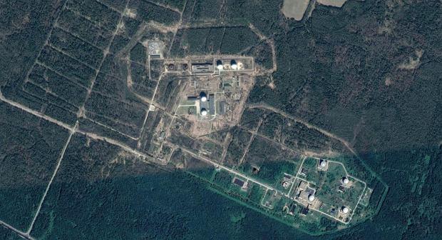 Baza Serpuchow-15. Około 80 kilometrów od Moskwy. Dwie duże białe kopuły to osłony anten do łączności z satelitami