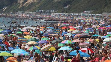 Bournemouth, 25 czerwca 2020 r. Upalny czerwiec wygnał Brytyjczyków na plaże mimo epidemii koronawirusa