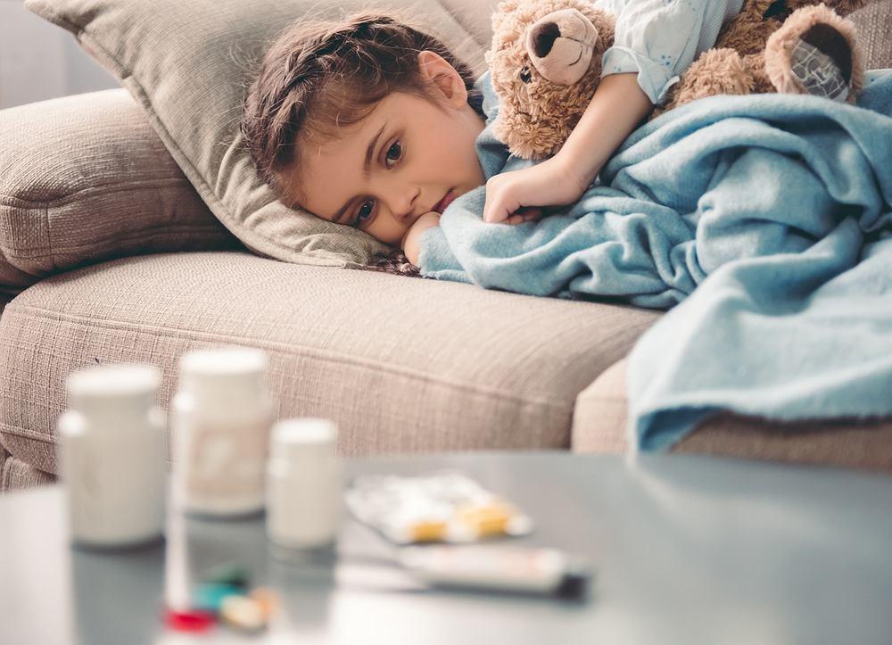 Infekcja wirusowa u dziecka trwa zwykle 7-10 dni, a choroba najczęściej ma charakter ostry i samoograniczający się. Źródłem zakażenia są chorzy ludzie, a zarazić można się drogą kropelkową i przez bezpośredni kontakt.