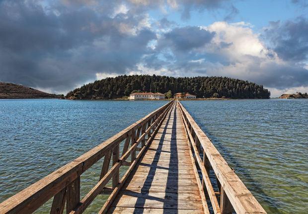 Most wiodący do monastyru Zvernec, Vlora, Albania / fot. Shutterstock
