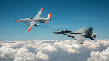 Tankowanie w locie z drona. Jak widać na zdjęciu, nie ograniczono się do prostego lotu, ale wykonano też manewry podnoszące skomplikowanie całej operacji
