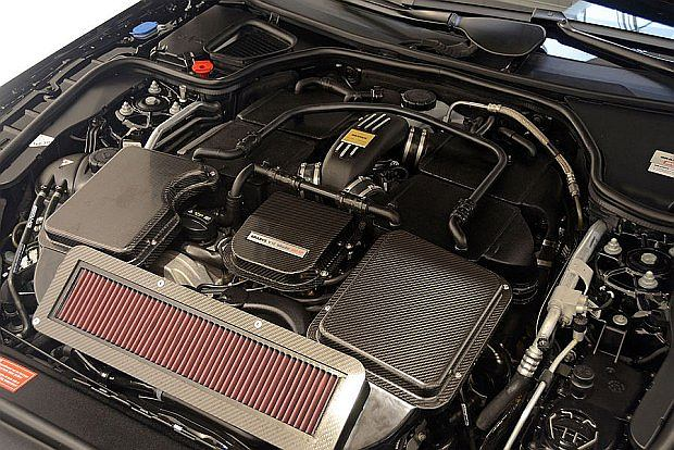 12 cylindrowa podwójnie doładowana jednostka napędowa osiąga moc 800 KM i maksymalny moment obrotowy... 1420 Nm! Żeby nie przeciążyć 7 biegowej, automatycznej skrzyni moment zredukowano do 1100 Nm.