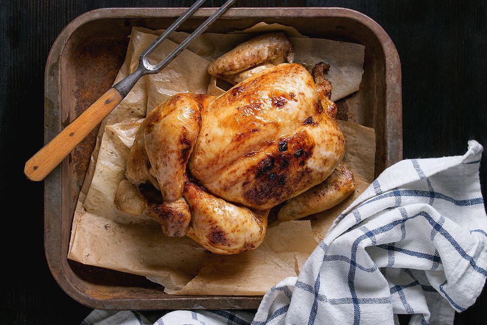 Pieczony kurczak to jedna z chętniej wybieranych propozycji na obiad niedzielny lub podczas rodzinnego przyjęcia.