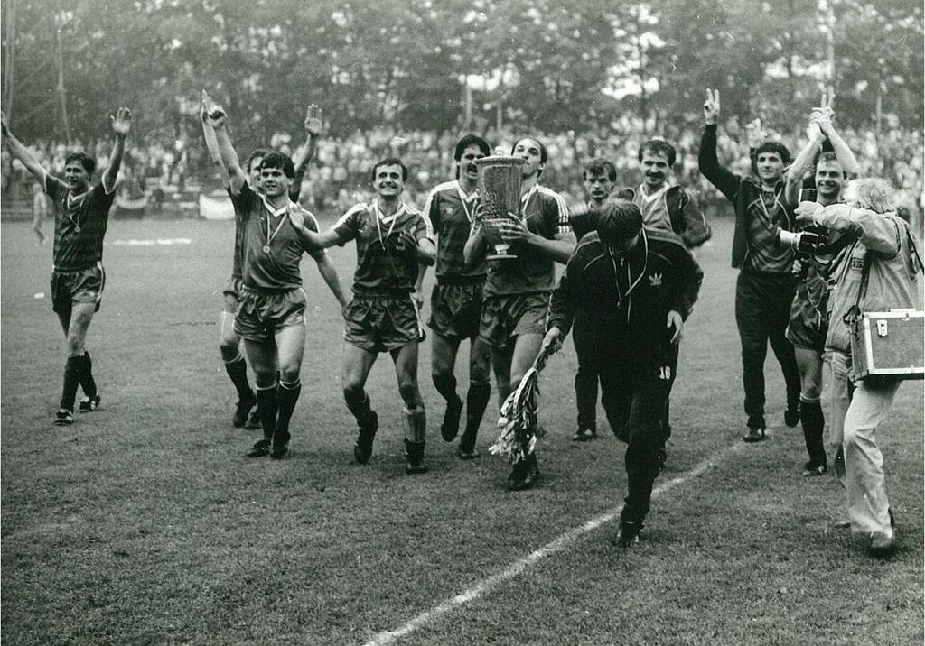 Piłkarze Śląska Wrocław świętują zdobycie Pucharu Polski (sezon 1986/1987). W finale po rzutach karnych pokonali GKS Katowice. Z Pucharem Waldemar Prusik