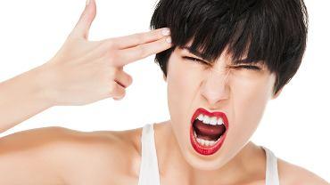PMS kojarzymy przede wszystkim z pogorszeniem nastroju i wybuchami złości, a tymczasem wiąże się też z konkretnymi dolegliwościami ze strony wielu narządów