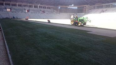 Układanie murawy na stadionie w Tychach