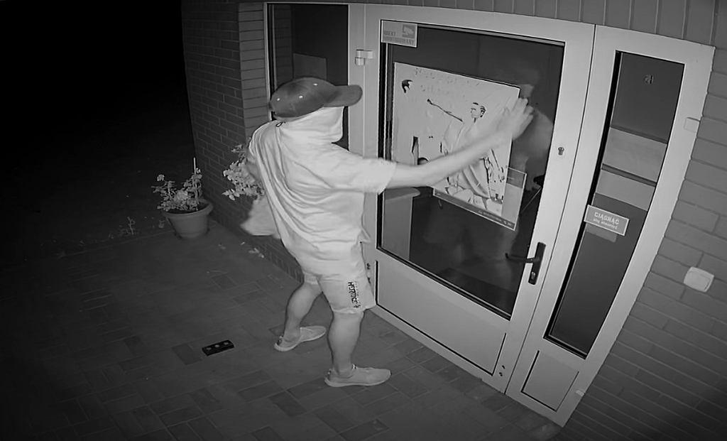 Szubin. Plakat z groźbami na drzwiach przychodni. Policja szuka sprawcy