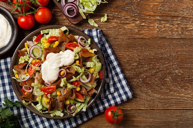 Sałatka gyros: warstwowa, z kurczakiem i jajkiem. Ile kcal ma sałatka gyros?