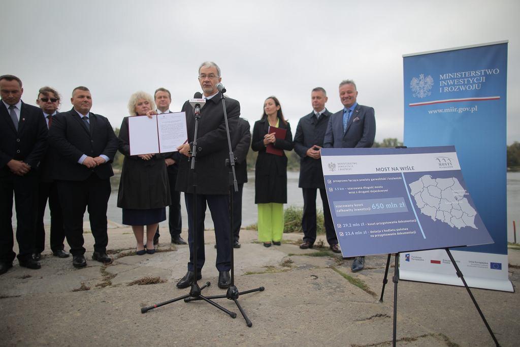 Minister finansów, inwestycji i rozwoju Jerzy Kwieciński przekazuje pozytywną opinię Programu Mosty dla Regionów