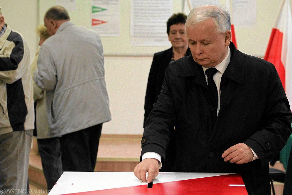 Prezes PiS Jarosław Kaczyński podczas głosowania w Obwodowej Komisji Wyborczej nr 333 (zdjęcie ilustracyjne)