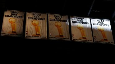Ruszył nowy sezon NBA! Podczas nocy otwarcia byliśmy świadkami trzech meczów, w tym starcia San Antonio Spurs z Dallas Mavericks. Przed meczem miała jednak miejsce ceremonia wręczenia mistrzowskich pierścieni.