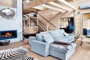 Drewniany dom: designerskie wnętrze w tradycyjnym stylu