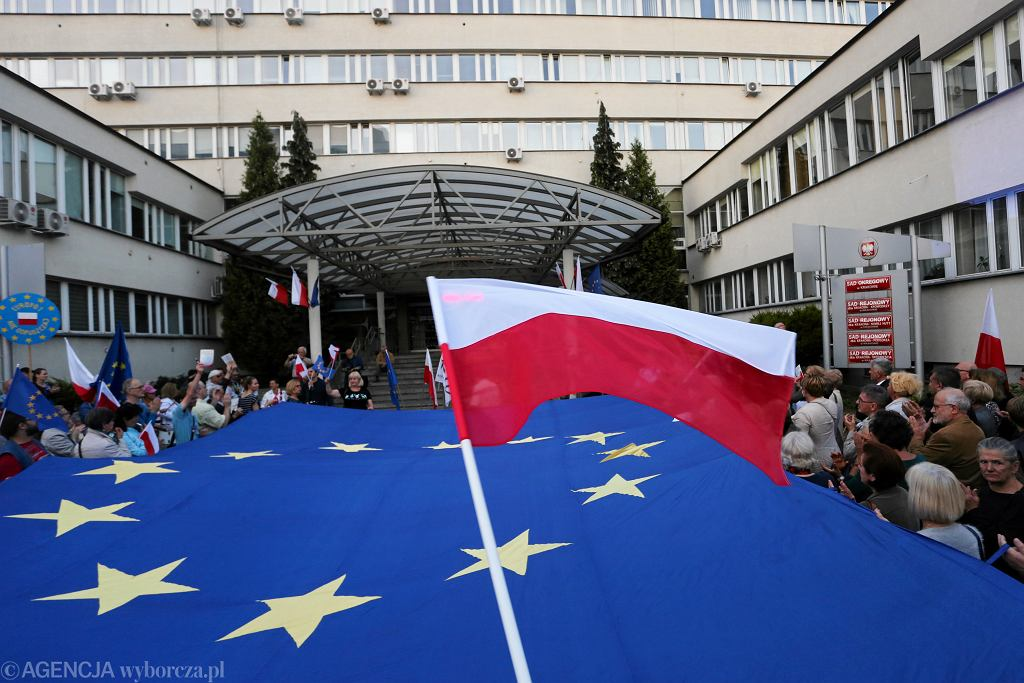 Protest przeciwko zmianom w sądownictwie i w obronie Sądu Najwyższego pod Sądem Okręgowym w Krakowie, 2018 r.