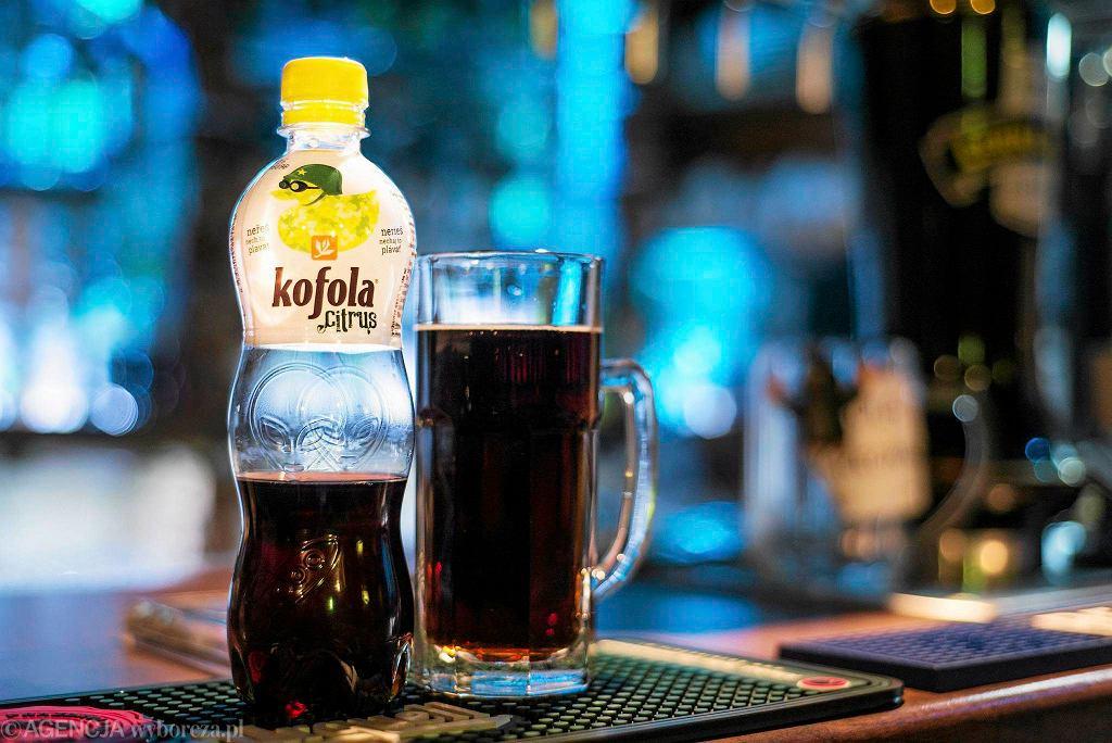 <b>Kofola w Hospodzie </b><br> Hospoda przy ul. Gliwickiej to jednym słowem knajpa dla czechofilów, czyli ludzi zakochanych w naszych sąsiadach. Oprócz kilkunastu rodzajów czeskiego piwa można tam spróbować śliwowicy, becherovki, absyntu i likierów Jelinka czy tuzemskiego rumu. Są i tacy, co przychodzą tylko na typowe czeskie zakąski i oczywiście na kofolę. To bezalkoholowy napój gazowany produkowany w Czechach i na Słowacji. Kofola powstała w 1960 roku w Czechosłowacji, gdzie zdobyła największą popularność i nadal jest ona głównym konkurentem coca-coli oraz pepsi w Czechach i na Słowacji. W Polsce jest rzadko spotykana, dlatego tym większy to dla nas rarytas.