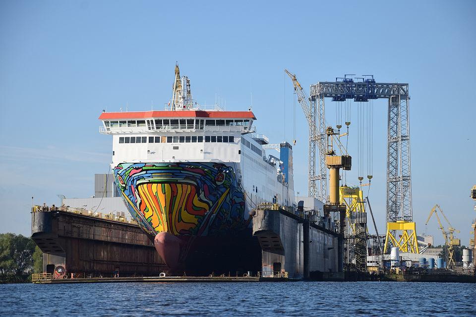 Prom Cracovia PŻB w doku Morskiej Stoczni Remontowej 'Gryfia'. W tle suwnica pogrążonej w kryzysie fabryki ST3 Offshore